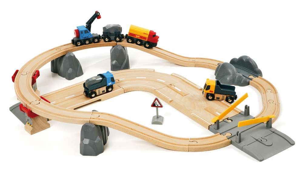 Vláčkodráha s nákladním vlakem a silnicí